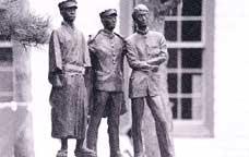 明治・大正・昭和を象徴する安積健児の像