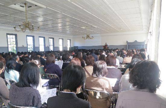 安積高校の三学年生徒320人とその保護者合わせて500人が講堂を利用
